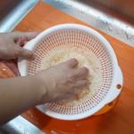 優しくかき混ぜる / Stir rice gently.