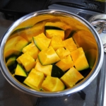 Put Kabocha squash and seasonings into a pan. / カボチャと調味料を鍋に入れる。