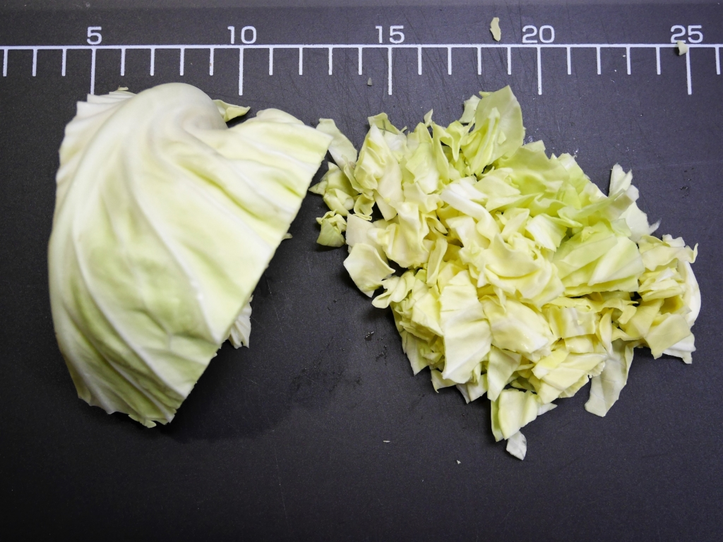 Chop the cabbage coarsely.