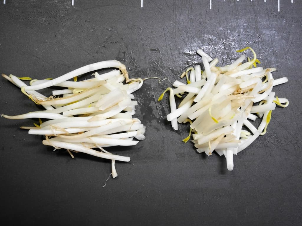 Cut the bean sprouts to the half size.